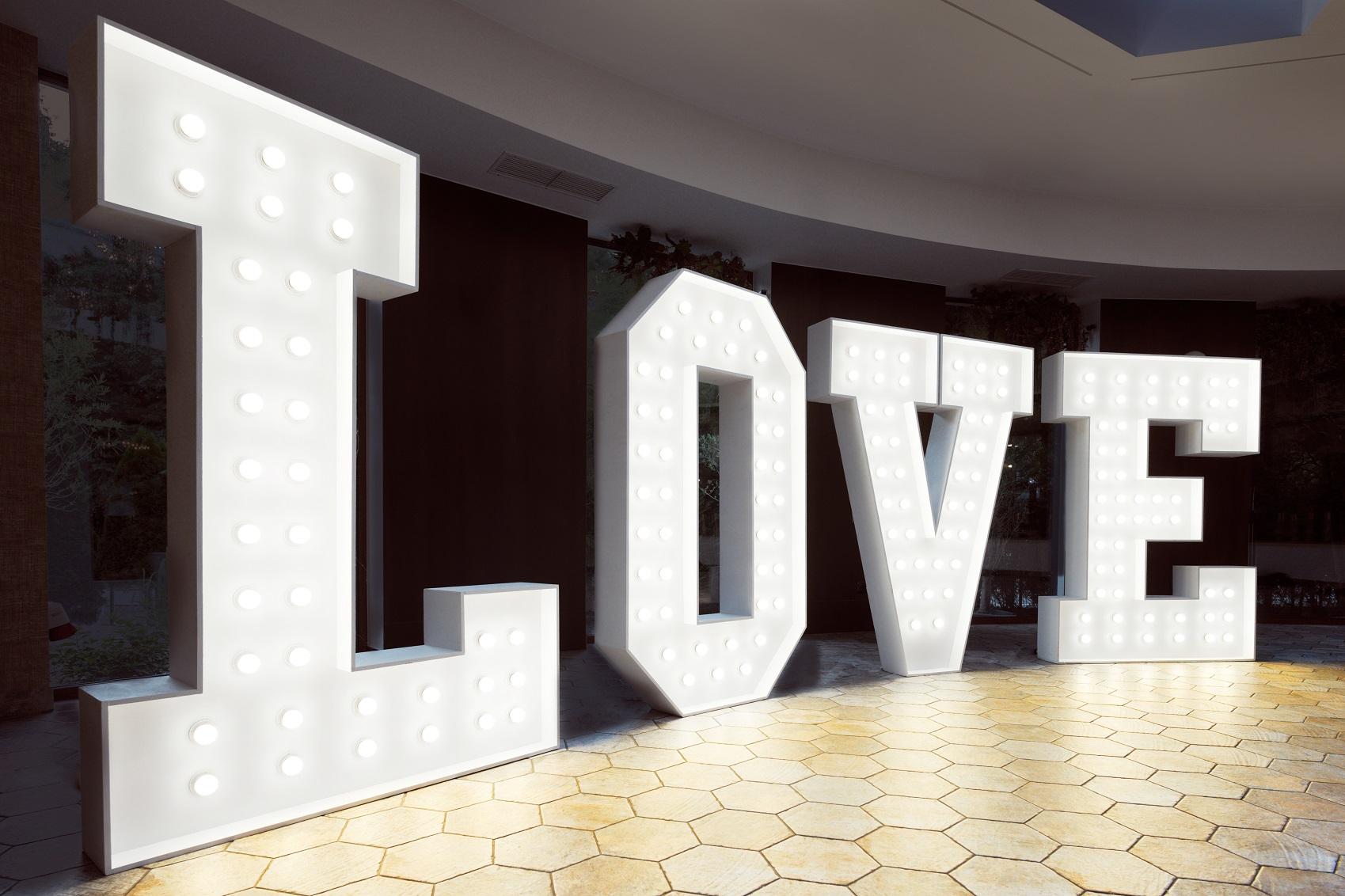 Biały napis love
